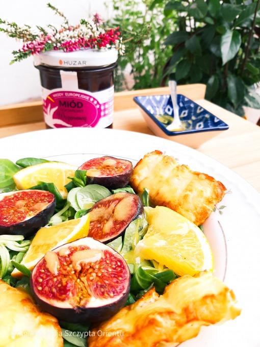 sałatka z figami i serem halloumi
