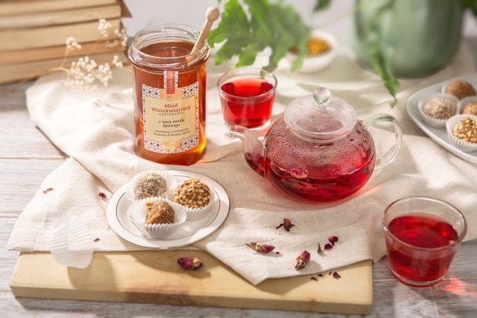 herbatka ze skórek owoców i róży słodzona miodem