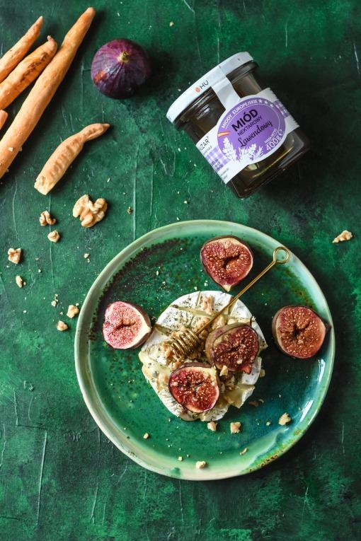 Camembert z figami i miodem lawendowym